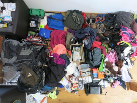 Unser Packhaufen - Klamotten für 1 Jahr