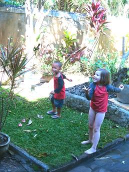 Spielen mit Riski, dem Nachbarsjungen