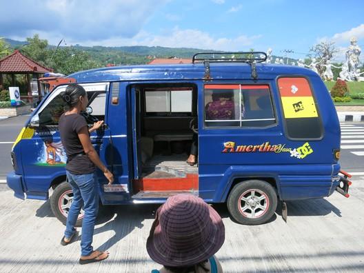 Bemo - günstiges Sammeltaxi für Einheimische. Hält überall und nimmt alles und jeden mit