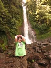 Fiona vor dem Sing-Sing Wasserfall