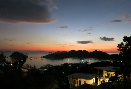 Der Sonnenuntergang in der Bucht von unserem Zimmer