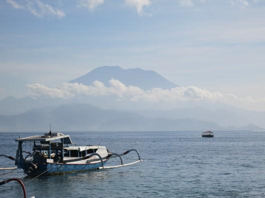 Der Krater des Gunung Agung im Hintergrund