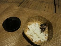 Das Opfer wird herumgereicht: Arak, Reis & Küken