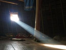 Die erste Sonnenstrahlen fallen in die Gästehütte