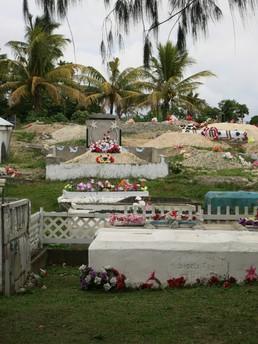 Gräber werden bunt geschmückt