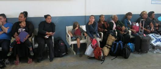 Warten in der Abflughalle