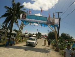 Die Straßen werden geschmückt für die Ankunft des Königs