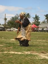 Die älteren Tonganer verkürzen die Wartezeit mit einem Tänzchen