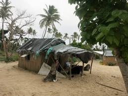 Zusammengebastelte Strandhütten