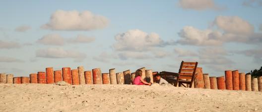 Fiona & Grace bauen ein Sandschloß für die Krabben. Aus Sicht der Krabben wohl eher ein Gefängnis...