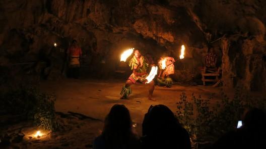 """Die """"cultural show"""": Tänze und Gesänge in einer stimmungsvollen Höhle"""