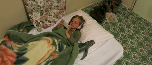 """Fiona im Bett mit ihrem neuen Freund """"Humpy"""", dem Humpback Whale"""