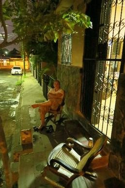 Abends sitzt man an der Straße