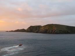 Wir setzen mit dem Schlauchboot über zur letzten Insel vor der Antarktis